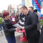 Ключи вручает депутат ЗакСо Владимир Ильиных