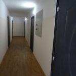 В доме всего один подъезд, поэтому внутри сделаны такие длинные коридоры