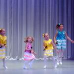 Девчушки на сцене выглядели как цветочки на лугу