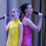 Трудно петь в группе, но у девочек все получилось!
