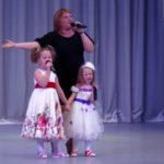 Елена Семенова и ее детки спели мамам
