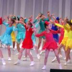 На сцене - яркая веселая радуга