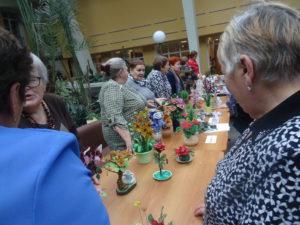 Гости мероприятия с любопытством разглядывали рукотворные поделки