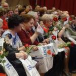 Студенты прошлись между рядов и вручили ветеранам педагогического труда цветы и памятные сувениры