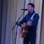 Музыкальный подарок подготовил выпускник 1984 года Владимир Докукин – он  вышел на сцену с гитарой и исполнил авторскую песню «Кто я без тебя»