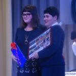 Марина Палецких от лица Молодой гвардии Карпинска подарила техникуму красивый фото-коллаж