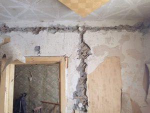 """Такие трещины проходят практически через весь дом. Фото: Дина Сударева. """"Вечерний Карпинск"""""""