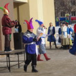 Ведущие праздника развлекали горожан в костюмах петрушек