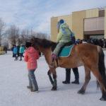 На площади можно было даже покататься на лошади