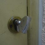 Двери закрыты на специальные щеколды