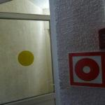 Кружки на стеклах помогут сориентироваться слабовидящим людям
