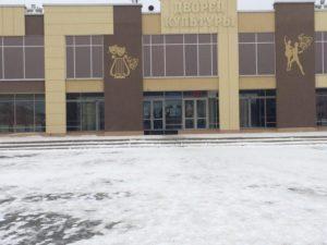 """В 13.00 на участке, расположенном в городском Дворце культуры практически никого не было. Фото: Дина Сударева, """"Вечерний Карпинск"""""""