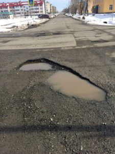 Улица Лермонтова. Если автомобиль попадет в такую яму, то без ремонта не обойтись...