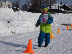 Взрослые и дети соревновались в скорости и ловкости