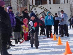 На спорт площадке работники СОКа организовали веселые старты «Мама, папа, я — спортивная семья»