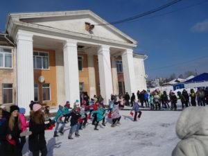 Артисты местного Дворца культуры исполнили веселые песни, в том числе про спорт и про хоккей в частности