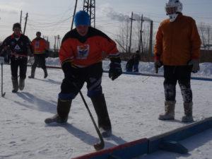 На малом ледовом поле проходили традиционные карпинские соревнования — хоккей на валенках