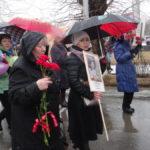 Практически все, кто вышел на митинг, были с зонтами.
