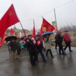 С красными знаменами традиционно идут местные коммунисты