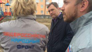 Олег Бурков, заместитель главы города, выслушивает замечания по поводу детской площадки.