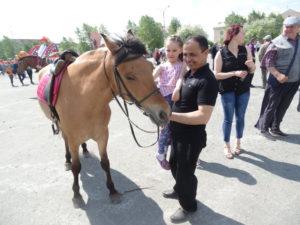 Все желающие могли покататься на лошадях: верхом или в упряжке