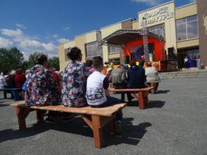 Для зрителей на площади были поставлены скамейки