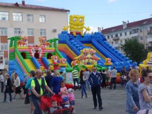 Для детей на площади были установлены огромные батуты