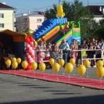 До начала мероприятия красная дорожка была украшено золотыми воздушными шарами