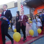По красной дорожке выпускники шли парами