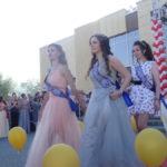 Большинство девушек были в роскошных вечерних платьях