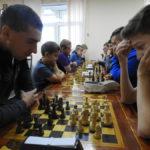 За столами встретились десять участников разного возраста, каждый из которых регулярно занимается в шахматном клубе